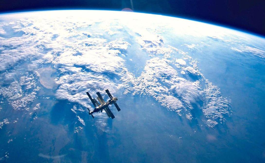 Привет из космоса Собственно говоря, Пойнт Немо настолько далеко от земли, что ближе будет добраться до космоса. Это не шутка и не преувеличение: единственные люди в округе пролетают над путешественником в МКС, на высоте в 416 километров.