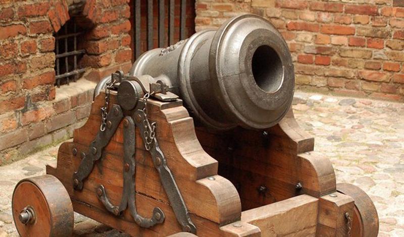 Орудийный лафет Орудийный лафет стал прекрасной иллюстрацией пословицы «все гениальное просто». Установленная на колеса пушка превращалась в очень мобильное и очень грозное оружие массового поражения. К 1501 году в распоряжении Москвы уже был целый полк полевой артиллерии.