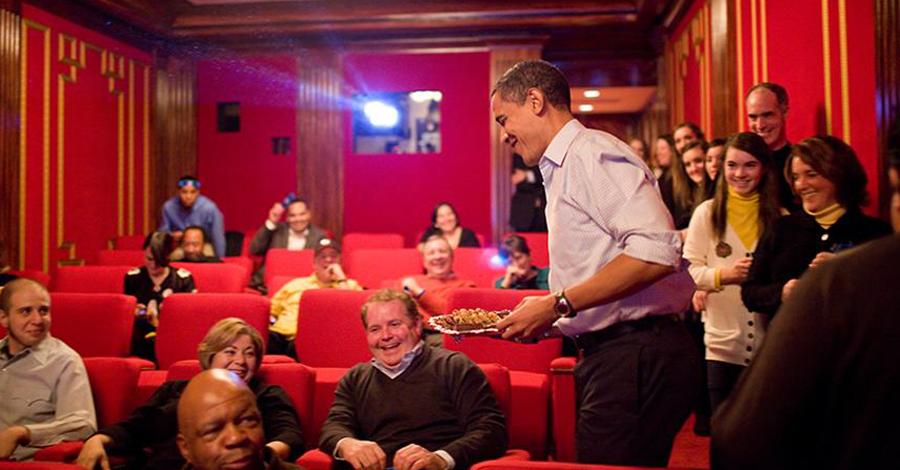 Личный кинотеатр Сегодня Белый Дом оснащен так называемым «семейным кинотеатром», где лидеры свободного мира часто встречаются в неформальной обстановке. Именно здесь, по слухам, Клинтон любил принимать некоторые особо важные решения, а Буш, известный параноидальными наклонностями, устраивал в кинотеатре совещания военных министров.