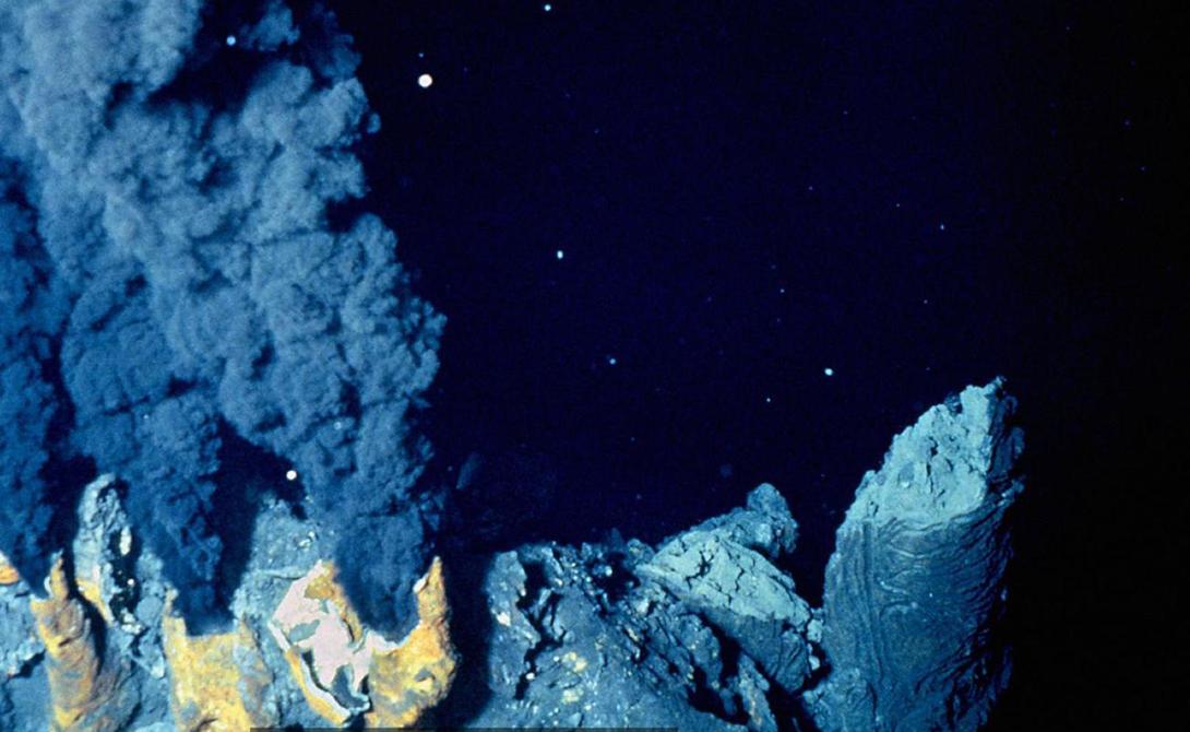Неожиданная находка Эту точку смогли обнаружить только благодаря развитию спутниковых технологий. Пойнт Немо географы открыли в 1992 году. Никакой суши поблизости не наблюдается: путешественник может разве что приблизительно сопоставить свои координаты с координатами точки — но вокруг будет только безбрежный океан.