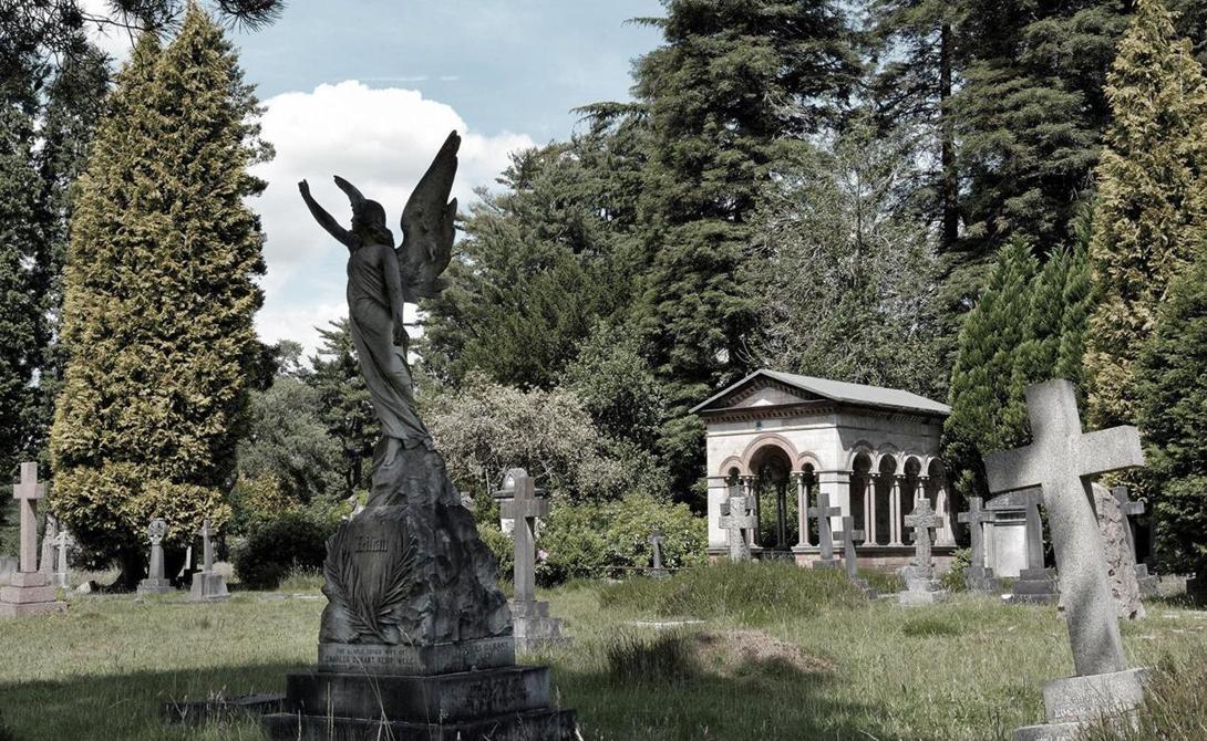 Кладбища-саттелиты Но Лондон нуждался в таком поезде, как нуждался в далеких пригородных кладбищах. Каждый год столица Англии хоронила около 50 000 мертвецов, которые занимали слишком много места. В конце концов парламент просто закрыл кладбища «внутреннего» Лондона и открыл целый ряд новых захоронений в пригородах.