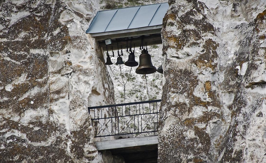 Революция После революции 1917 года новая советская власть распорядилась закрыть все монастыри в этой области. Однако Костомаровские пещеры по-прежнему оставались тайным скитом для упорствующих в истинной вере старцев. В этом их поддерживали бывшие прихожане, из которых от христианства отреклись считанные единицы. Единственной жертвой советских антирелигиозных репрессий этого района стал блаженный старец Петр, отправленный в Острогожскую тюрьму и окончивший там свои дни.