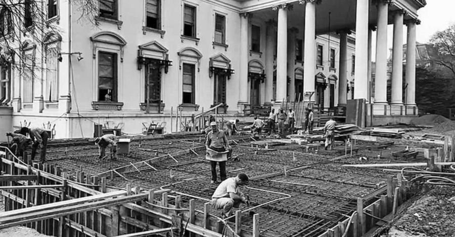 Рабский труд Согласно исследованию 2005 года, проведенном Конгрессом, около 400 из 600 рабочих, которые построили Белый дом, по сути дела являлись рабами. Первоначально федеральные планировщики намеревались нанять работников из Европы, но это оказалось слишком дорого. В результате и сам Белый Дом, и Капитолий и другие правительственные здания в округе были выстроены рабами, купленными по 60$ за человека.