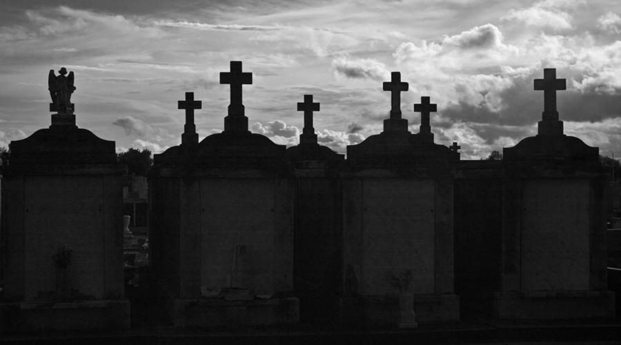 Челаковице Чехия Пора вновь вернуться в Европу. В середине 90-х годов группа археологов обнаружила целое кладбище вампиров в Челаковице, расположенном всего в тридцати километрах от Праги. Из четырнадцати могил извлекли пронзенные железными кольями тела, крышки гробов украшали кресты и прочие оккультные символы. Притом, все «вампиры» были убиты молодыми — что могло заставить жителей деревни пойти на такое глобальное преступление?