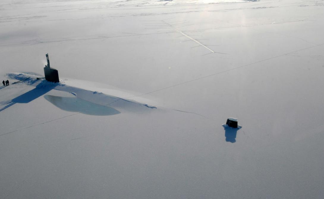 Военная мощь Мирные переговоры и Россия, и США подкрепляют наращиванием военного присутствия в регионе. Американские атомные подводные лодки, неразличимые подо льдом даже со спутника, обеспечивают постоянное военное присутствие страны в Арктике. В ответ на это Россия создала новый военный центр для координации работы над ситуацией в этом регионе. Помимо того, в прессу просочилась информация о том, что начат процесс восстановления заброшенных советских военных баз. Строятся и две новые: в Новосибирском архипелаге и на острове Врангеля.