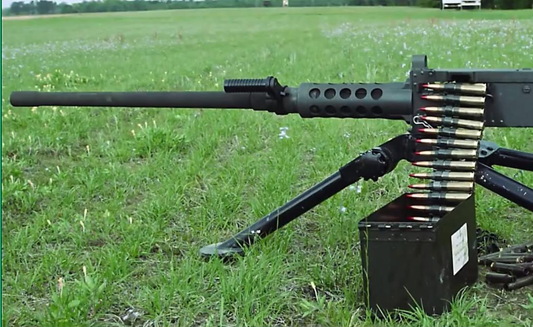 M-2 .50-Caliber Machine Gun Трудно поверить, но этот крупнокалиберный пулемет был принят на вооружение еще в 1933 году. Удачная конструкция и повышенный вес пули позволяет оператору добиться высочайшей точности. К примеру, снайпер-морпех Карлос Хэскок использовал свой пулемет для снайперской стрельбы: он умудрялся поражать цели на расстоянии в 2250 метров.