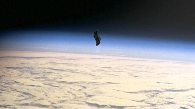 Спутник «Черный принц» Спутник «Черный принц» представляет собой инопланетный аппарат возрастом в 13 тысяч лет. Он летает по земной орбите и собирает информацию о нашей планете. Почему вы об этом никогда не слышали? Так правительство скрывает все данные! В 1998 году шаттл Endeavour сделал вот эту фотографию, которая и стала предпосылкой к созданию очередной инопланетной теории заговора. На самом деле, объект этот всего лишь термоодеяло, потерянное астронавтами во время миссии EVA.
