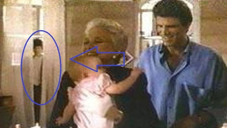 Призрак мальчика В 1987 году вышел фильм «Трое мужчин и младенец». Картина не представляла собой особой художественной ценности, но один из кадров заставил зрителей просто сходить с ума. В сцене между ссорой Тед Дэнсона и Селесты Холм камера вращается по комнате и цепляет странную невысокую фигуру, похожую на мальчика. Городская легенда гластит, что это самый настоящий призрак, умерший в той ж квартире, где велась съемка. Никакие рассказы режиссера и оператора об игре теней и света на куче рухляди уже никого не убеждают: призрак! вы сняли призрака!