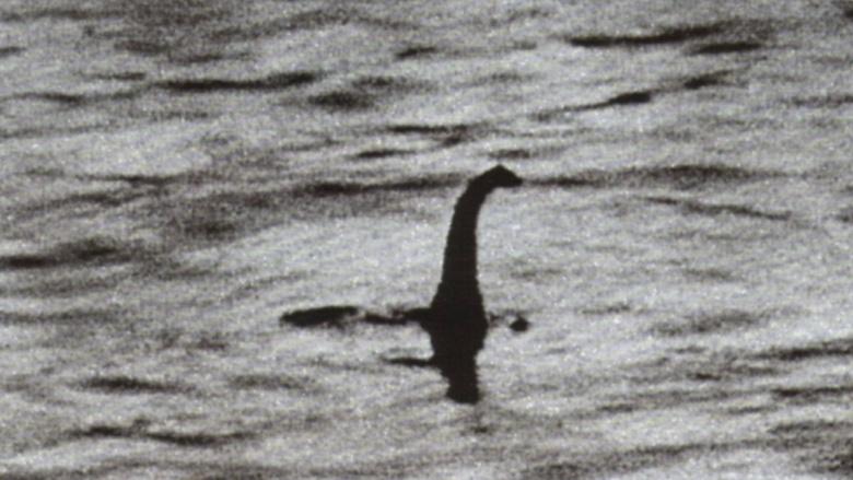 Лох-Несское чудовище В течение многих десятилетий эта фотография, сделанная врачом в 1934 году, выступала главным доказательством существования морского чудовища из озера Лох-Несс. Ее автор, британский хирург Р. Кеннет Уилсон, утверждал, что лично видел ужасную голову зверя в воде. Но в 1994 году исследователи доказали — фотография всего лишь хорошая мистификация. Обманщик пристроил голову куклы на игрушечную подводную лодку, а журналисты из London Daily Mail с радостью ухватились за громкую новость и растиражировали снимок по всему миру.