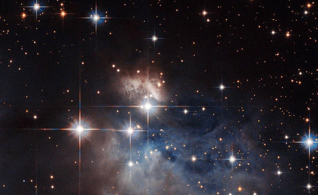 Божественный след Сравнительно недавний снимок, сделанный телескопом в марте этого года. Хаббл запечатлел звезду IRAS 12196-6300, находящуюся на невероятном расстоянии в 2300 световых лет от Земли.