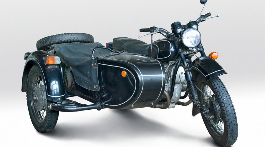 Днепр-11 Одной из наиболее значимых моделей завода стал знаменитый Днепр-11. Этот красавец выпускался с коляской и был оснащен 4-тактными двигателями из 2-х цилиндров мощностью в 32 л.с. На мотоцикл устанавливалась 4-х ступенчатая коробка передач с задним ходом. Коляска имела тормоз на своём колесе, а мотоцикл дополнительно оснащался стояночным тормозом. Мотоциклы Днепр-11шли с передней телескопической вилкой и маятниковой подвеской заднего колеса. Максимально возможная скорость составляла 105 км.ч., а максимальная грузоподъёмность - 260 кг.