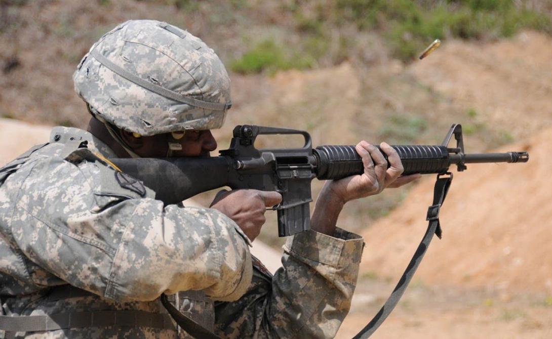 Габариты: М-16 Во время Второй мировой войны американцы решили делать ставку на точность и кучность стрельбы. М-16 обладает удлиненным стволом, из-за которого даже пришлось увеличивать высоту американских бронетранспортеров. Действительно, винтовка обладает повышенной точностью на больших дистанциях, но насколько это востребовано? Реальные боестолкновения редко случаются на дистанции больше трех сотен метров, что сводит все преимущества длинного ствола на нет.