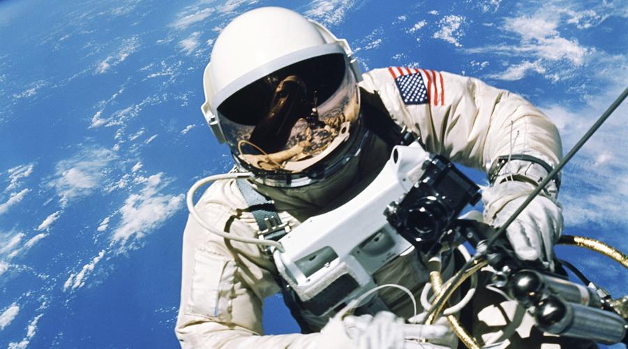 Слезы на глазах И опять шутки с гравитацией. Когда вы плачете, или у вас просто слезятся глаза, жидкость стекает вниз. Но в космосе у нее нет никакого желания вести себя сообразно: глаза покрываются жидкой пленкой, которая просто никуда не исчезает. С такой проблемой столкнулся астронавт МКС Эндрю Фустель — его глаза заслезились под колпаком скафандра и несчастный астронавт был вынужден терпеть сорок минут, пока не добрался до модуля.