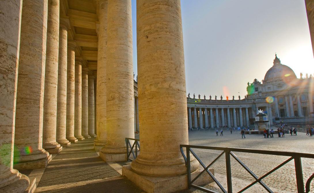 Ватикан Путешественники любуются архитектурой базилики Святого Петра в Риме, и не могут понять, что технически они находятся на территории другого государства. В Ватикане живут всего около девятисот человек, включая самого Папу Римского.