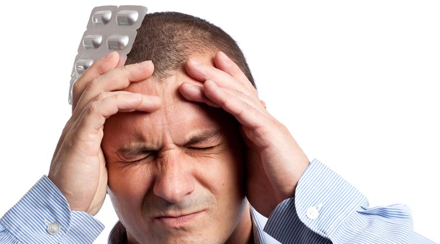 Внезапная острая головная боль Если головная боль поражает вас, словно удар молнии, неизвестно откуда взявшийся, и становится невыносимой в течение нескольких минут, вызывайте скорую помощь. Перечень причин, вызывающих головную боль подобного типа, невелик: аневризма, удар и менингит. Все они могут стать фатальными.