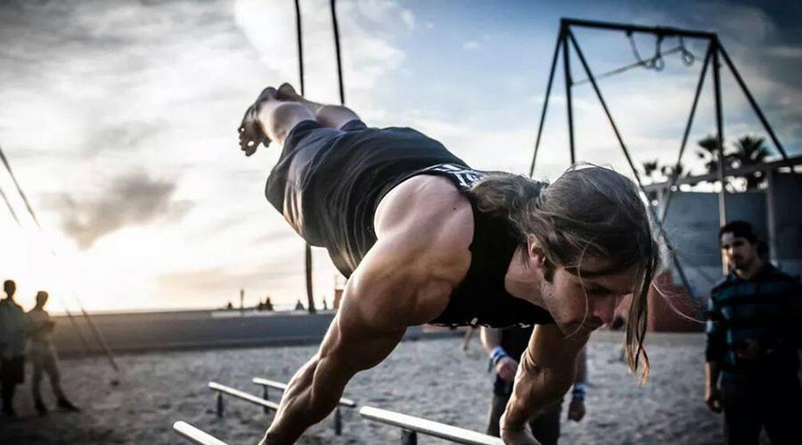 Неправильное положение корпуса Велотренажер полезен только тем, кто умеет им пользоваться. Очень многие люди слишком сильно опираются на ручки и наклоняют корпус вперед, что приводит к микротравмам мышц и плечевых суставов. Когда вы наклоняетесь вперед, то переносите около 30% тела на руки, плечи и шею. Избегайте такого положения тела: помимо всего прочего, полезная нагрузка на организм также снижается.