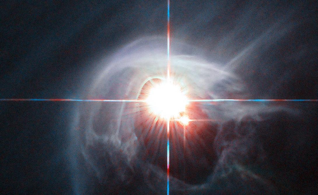 Звездная система DI Cha Уникальное яркое пятно в центре состоит из двух звезд, сияющих сквозь кольца пыли. Система примечательна наличием двух пар двойных звезд, а кроме того, именно тут расположен так называемый Комплекс Хамелеона — область, где рождаются целые галактики новых звезд.