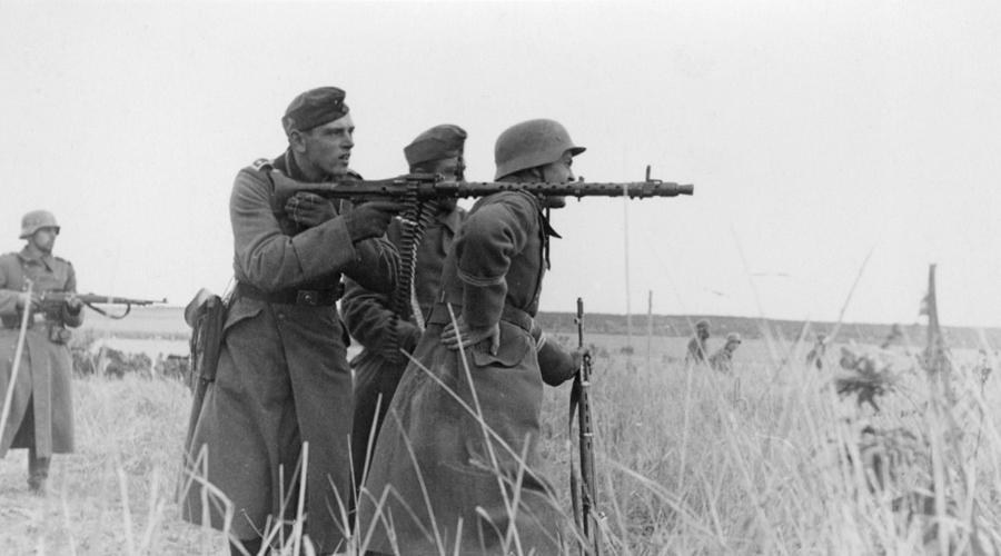 Предшественник Немецкой армии требовался простой в освоении и обслуживании пулемет, который мог бы на голову превосходить аналогичную технику противника. Первым пробным шаром можно считать машинку MG 34, созданную компанией Rheinmetall AG. Легкий (всего 12 кг), сравнительно компактный и скорострельный пулемет имел один существенный недостаток: он был слишком дорог для нужд Третьего Рейха. Его поставляли в армию, однако одновременно шла разработка новой, более простой в обслуживании и более дешевой машины.
