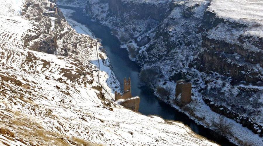 Древний мост через реку Ахурян За территорию этой древней империи платили кровью. Руины древнего моста через реку Ахурян отмечают то место, где раньше проходила сухопутная граница между Турцией и Арменией. Официально она закрыта с 1993 года: таков был ответ Турции на территориальный конфликт между Арменией и Азербайджаном.
