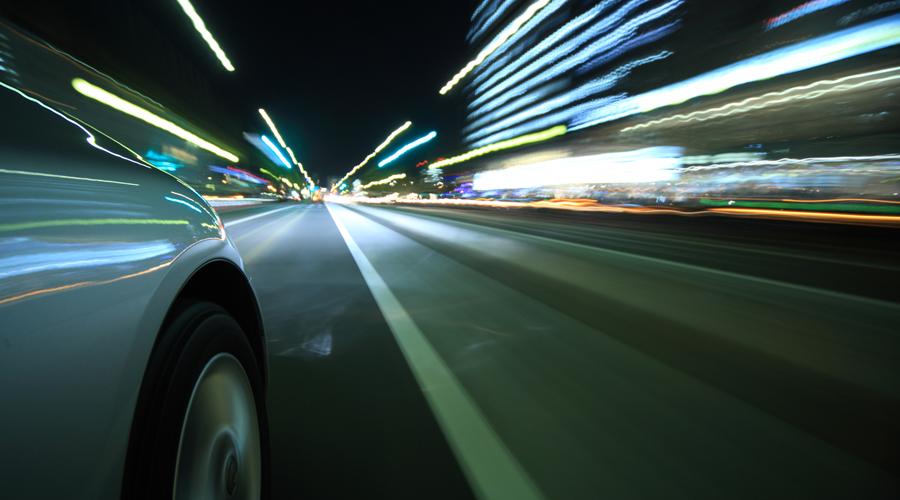 Сканирование дороги Контролируйте положение и состояние глаз. Обратите внимание, чтобы они не были нацелены в одну точку постоянно: сканируйте все пространство дороги. Придется сознательно пересиливать внутреннее стремление концентрироваться на одном участке шоссе, ведь от этого глаза становятся сухими и устают быстрее.