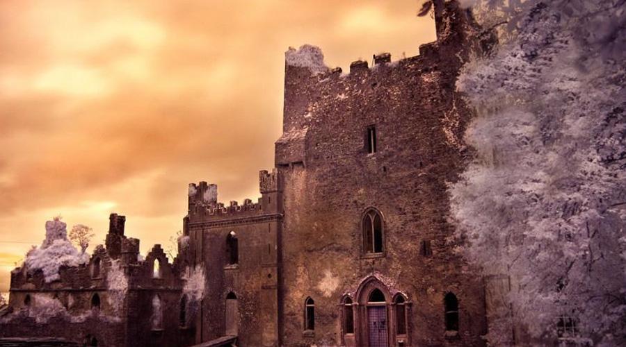 Замок Лип Ирландия В XII веке замок построил влиятельный клан О'Бэннон. Родовое гнездо именитых ирландцев очень скоро превратилось в пугало всей округи: здесь происходили братоубийственные пиры, постоянные казни и даже жертвоприношения. Местная часовня получила прозвище «Кровавая капелла» после того, как ревнивый муж зарезал в ней свою жену и любовника, а затем привел туда детей и заставил их семь дней молиться над гниющими телами прелюбодеев. Есть ли тут призраки? Еще бы!
