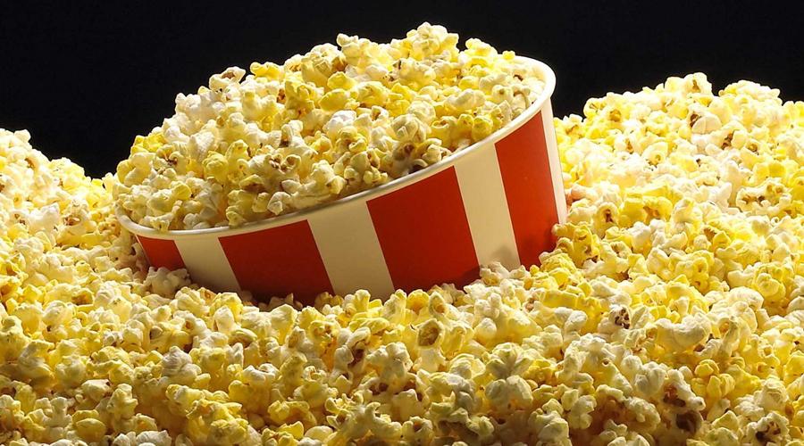 Попкорн Приготовленный в микроволновой печи попкорн — самая настоящая бомба замедленного действия. Он содержит перфтороктановую кислоту, способную вызывать рак внутренних органов. Здесь же есть и диацетил, который способствует развитию рака предстательной железы.