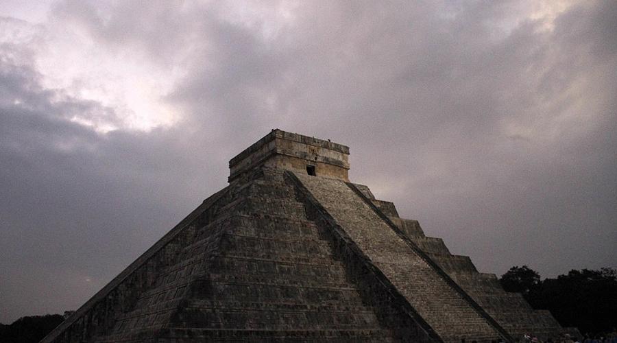 Матрешка индейцев Оказалось, что вся пирамида выстроена по принципу русской матрешки. Крупнейшая из трех (она была построена между 1050 и 1300 до н.э. ) представляет собой лишь некую прелюдию к настоящей тайне. Второе строение археологи датируют 800-1000 годами до н.э. Третье, самое меньшее, построено между 550 и 800 годами до н.э. Эта тайная пирамида относится к вершине классического периода цивилизации майя.