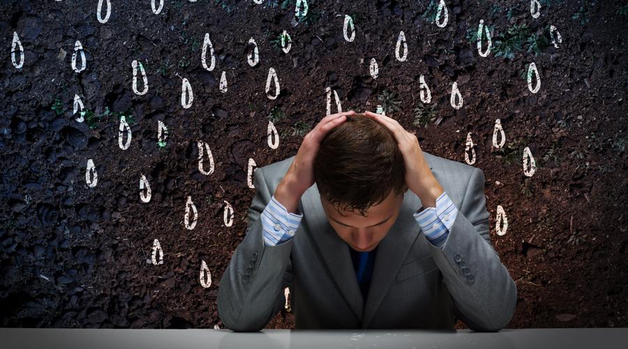 Кластерная боль Это один из самых неприятных видов головной боли. Точечная пульсация в области глаза буквально сводит людей с ума — попробуй выдержи получасовой приступ. Если у вас никогда ничего подобного не было, а теперь кластерная боль появляется пару раз в неделю, то значит в мозгу происходят неприятные изменения. Кроме того, кластерная боль может сигнализировать и о проблемах сердечно-сосудистой системы.
