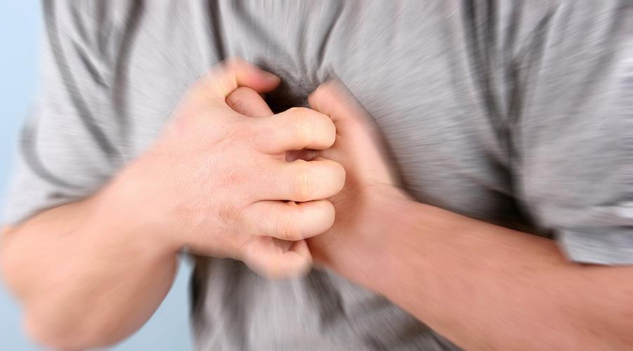 Сердечный приступ Сердечный приступ является довольно частым спутником экстремальных ситуаций. Можно сбежать от лесного пожара, и вдруг почувствовать, что сердечко ваше начало подводить. Врача рядом нет и таблеток тоже — что делать? Все просто: начинайте дышать максимально глубок и сильно. Эта практика выкачивает кровь из сердца и помогает предотвратить приступ.