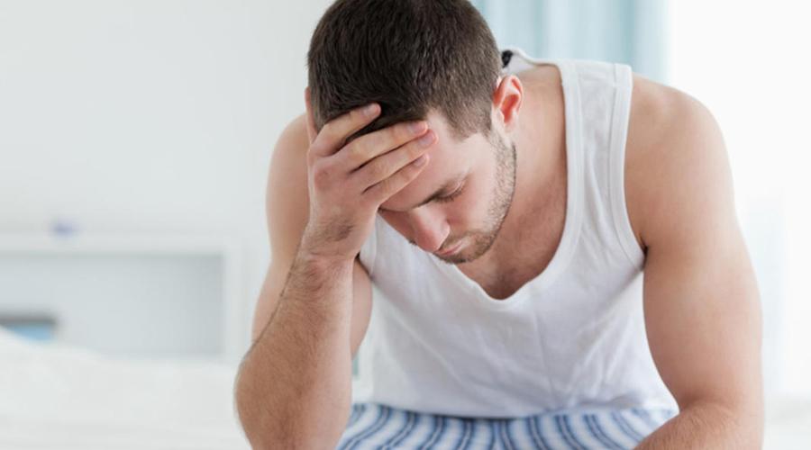 Утренние мучения Раскалывающаяся после веселой пятницы голова не повод для беспокойства. Но если голова болит и без всякого алкоголя уже месяц, значит пора двигаться на обследование. По утрам голова болеть не должна: это признаки апноэ (в перспективе ведет к инфаркту), повышенного давления и даже опухоли головного мозга.