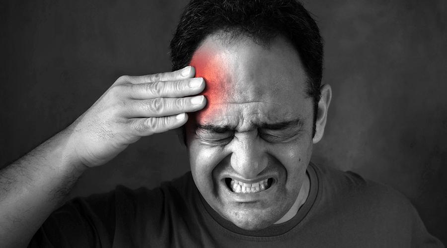Боль в висках Перманентные боли в области висков могут сигнализировать о серьезных проблемах. Чаще всего врачи обнаруживают интоксикацию всего организма. Такую боль может спровоцировать изменение гормонального фона, которое тоже само по себе не случается и уж точно само не пройдет. Если же височные боли сопровождаются тошнотой, то врача нужно вызвать как можно скорее — речь может идти о развивающейся раковой опухоли.