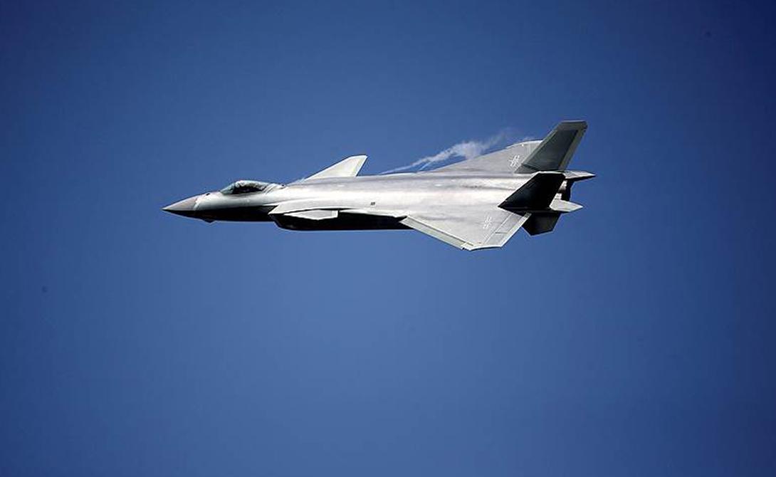 Орел из бумаги По сообщению целого ряда СМИ, на данный момент «Черный орел» оснащен российскими двигателями АЛ-31ФН, предназначающимися для истребителей четвертого поколения. Китайцы закупили большую партию таких списанных двигателей, так что информация вполне может соответствовать действительности. Внешне J-20 заимствовал множество деталей из российской же разработки МиГ 1.44 и уже упомянутого американского F-22.