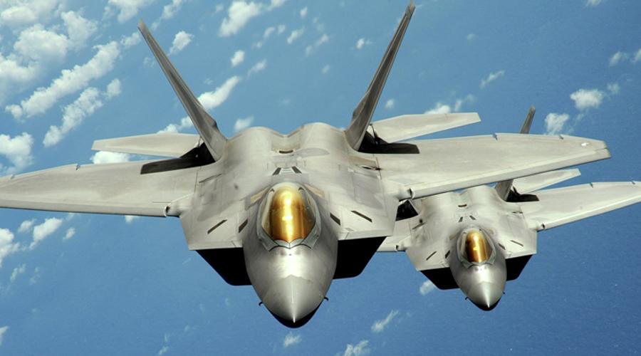 Умная борьба И этот параграф мы решили привести вместо резюме. Есть один-единственный аргумент, который может доказать несомненное превосходство вроде недоделанного китайского истребителя над совершенной машиной американских летчиков. Дело в том, что тактические истребители, как F-22 и F-35, плохо приспособлены для операций в западной части Тихого океана где расстояния огромны, а баз недостаточно. Это означает, что любая военная операция потребует от США поддерживать своих бойцов танкерами с топливом, а их, в свою очередь, защищать кораблями группы сопровождения. Наиболее логичным способом для китайцев будет не противостоять возможной экспансии прямыми ударами, а просто лишить атакующих поддержки. Таким образом, J-20 может стать настоящей головной болью для F-22, даже уступая ему по всем параметрам. Какая разница, насколько крута машина смерти, если она даже не сможет взлететь?