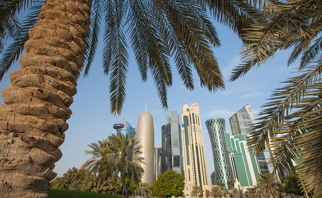 Катар Территория Катара занимает примерно 9 тысяч квадратных километров, что делает его крупнейшим из всех маленьких государств мира. Вот только большая часть его площади лежит в пустыне, что не мешает тысячам туристов ежегодно стекаться сюда со всего мира.