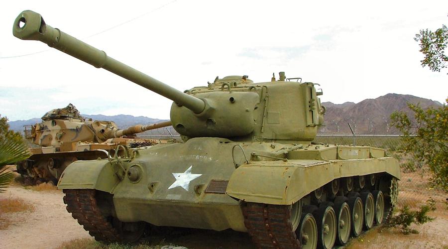 M26 Pershing США Свой тяжелый танк требовался и США. В начале 1944 на европейские поля сражений спустился монструозный M26 Pershing, оснащенный 90-мм пушкой. По сути, немцам и японцам противопоставить американскому танку было просто нечего. Впрочем, появился M26 слишком поздно, да и на стороне союзников воевало всего 20 экземпляров. Будь американцы более расторопными, и M26 вполне мог бы изменить весь ход войны.