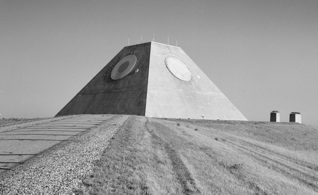 Идеальное укрытие Северная Дакота и Южная Дакота стали площадкой для размещения американских ракет Minutemen, направленных на сдерживание возможной агрессии СССР. Это место находилось в географически идеальном положении, чтобы иметь возможность перехватывать ракеты, пущенные через Северный полюс. Система «Safeguard» приступила к боевому дежурству 6 мая 1975 года, а уже 8 мая Конгресс выпустил постановление о прекращении всех работ по проекту: сменилась доктрина обеспечения безопасности страны.