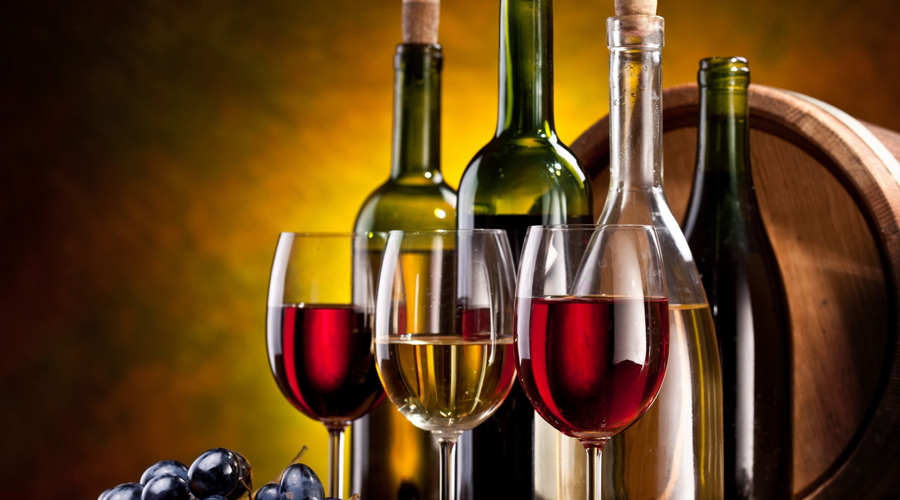 Алкоголь От лишнего бокала вина тоже лучше будет отказаться. Медики Всемирной организации здравоохранения доказали, что именно алкоголь является основной причиной преждевременного развития рака пищевода и толстой кишки.