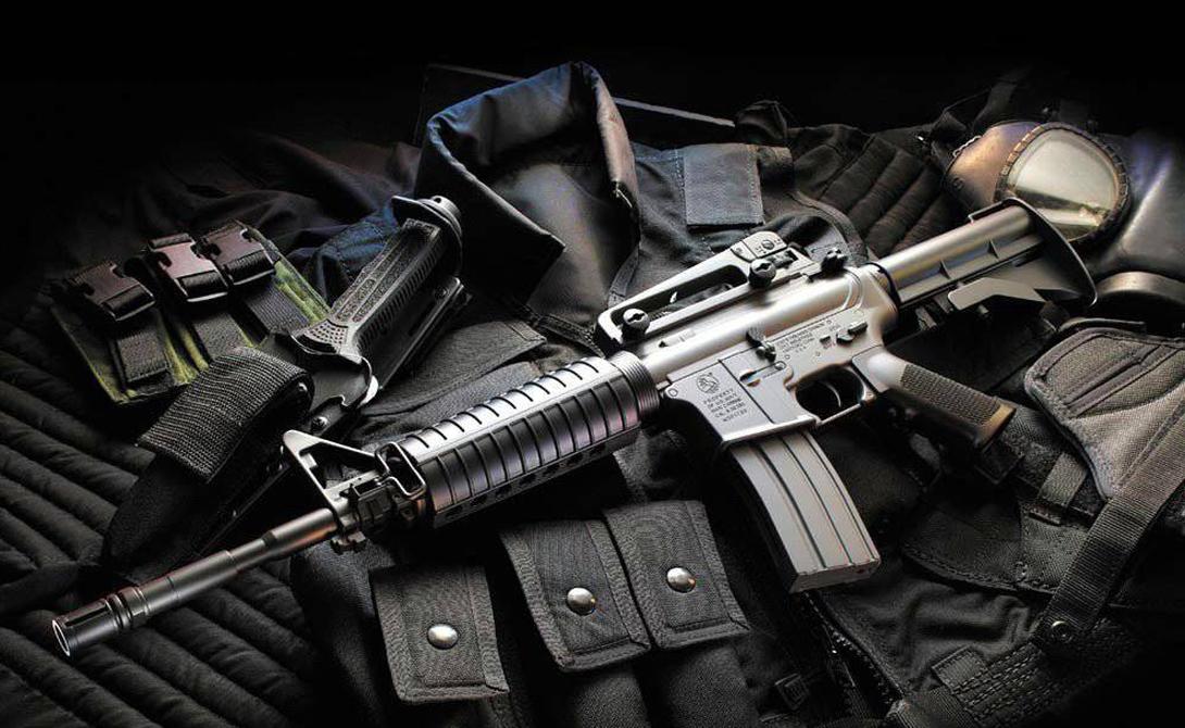 Отказоустойчивость: М-16 Важнейшим свойством массовой штурмовой винтовки должна быть устойчивость к загрязнению. Здесь, без всякого сомнения, побеждает наш родной автомат Калашникова. Американская винтовка отказывается вести себя «хорошо» без регулярной чистки и смазки, негативно влияет на нее и падение с небольшой высоты. Вода в 74% случаев превращает штурмовую винтовку в штурмовую дубинку — штуку, конечно, тоже неплохую, но против автомата не очень эффективную.