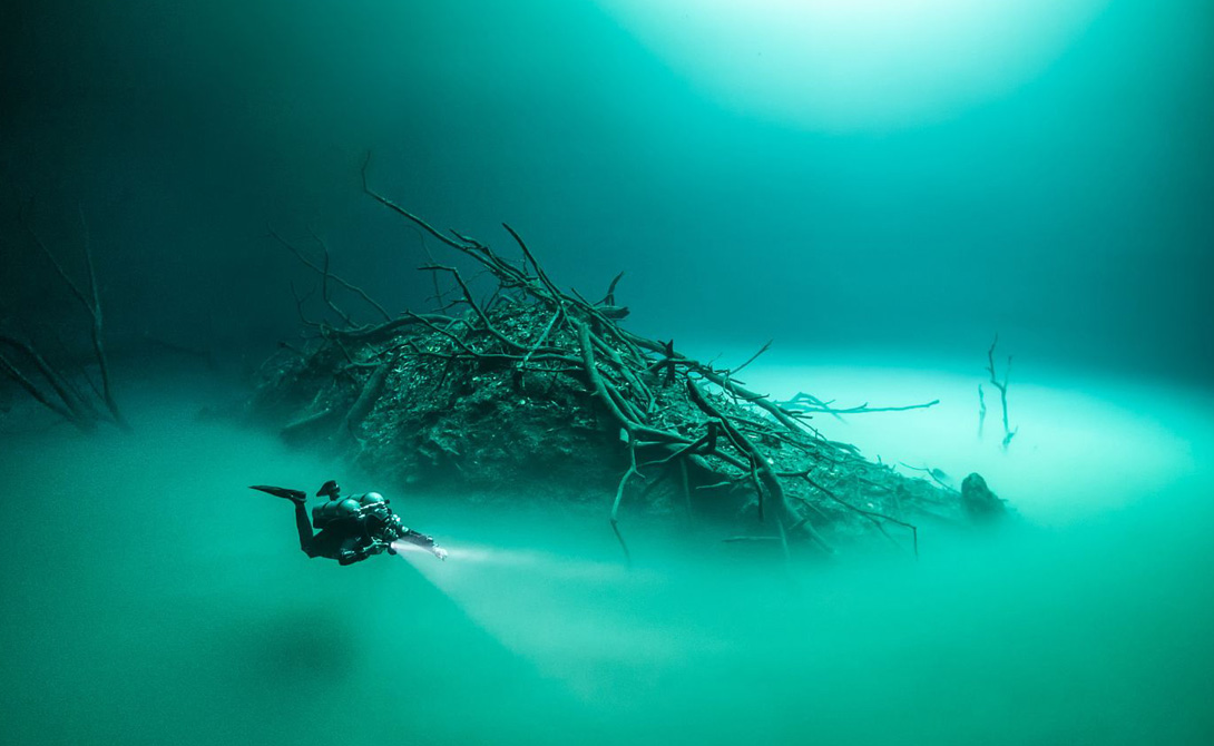 Иллюзия реальности Особый состав воды в пещере создает полное ощущение подводной реки. Разница в плотности соленой и пресной воды позволяет водолазам почувствовать себя в мире фантастических пейзажей: пресная вода дрейфует в верхнем слое, а соленая в нижнем — так и получается «текущая река».