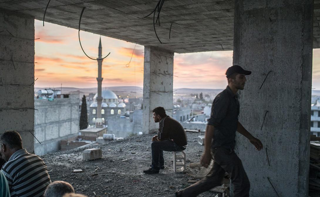 Кто остался По оценкам ООН, 17.9 миллиона человек до сих пор живут в Сирии — по сравнению с 24.5 млн до начала войны. Более 6 миллионов из них классифицируются как перемещенные внутри страны: они были вынуждены покинуть свои дома, чтобы искать место побезопаснее. В большинстве провинций наблюдается резкое снижение численности населения. Многие из тех кто остался покинули города, чтобы искать убежища в сельской местности. Во многих районах Дамаска жизнь течет своим чередом, но почти 13.5 миллиона человек нуждаются в гуманитарной помощи.