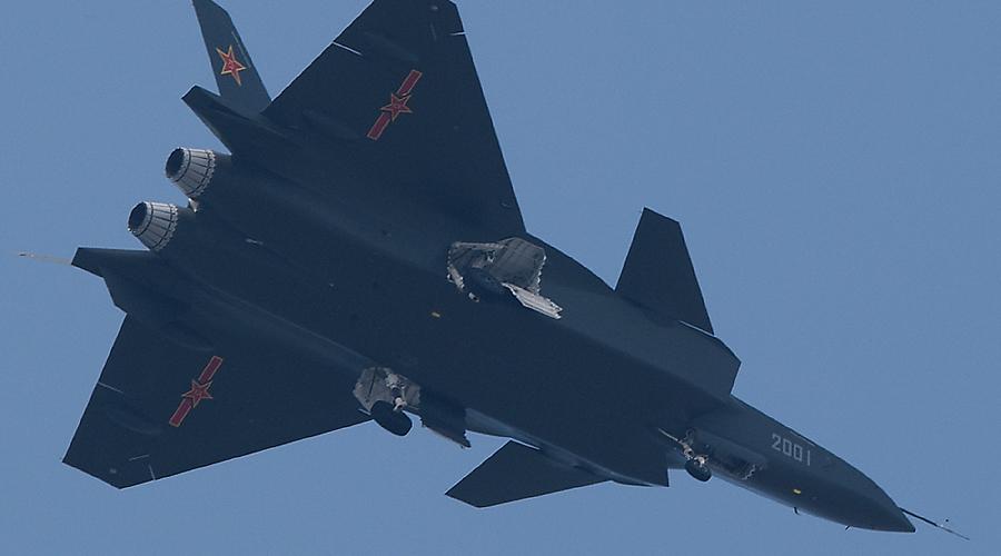 Немного заимствований Как оказалось на авиасалоне, китайский истребитель имеет весьма много общего с американским собратом. Случайность? Едва ли. Инженерная палата, да и сам Пентагон уже несколько раз осторожно замечали, что китайцы просто взяли и украли секретные разработки по модели F-35. Ну, извините — тут кто успел, тот и на коне.