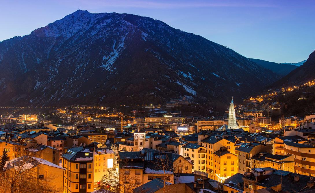 Андорра Всего в трех часах езды от Барселоны находится микрогосударство с населением в 76 000 человек. Андорра расположена в Пиринейских горах, между Испанией и Францией. Официальным языком этого дорогого и богатого курорта вот уже сотни лет является каталонский.