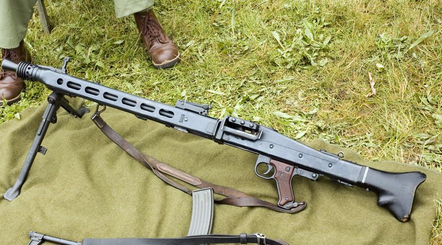 Проблема со стволом Еще на модели MG 34 немцы решили проблему перегрева ствола грубым, но действенным способом. Он перешел и старшему брату: перегревшийся ствол просто отщелкивался от корпуса (для этого был предусмотрен специальный зажим), на его место ставился новый. Вся операция занимала не более пары секунд и могла быть выполнена одной рукой.