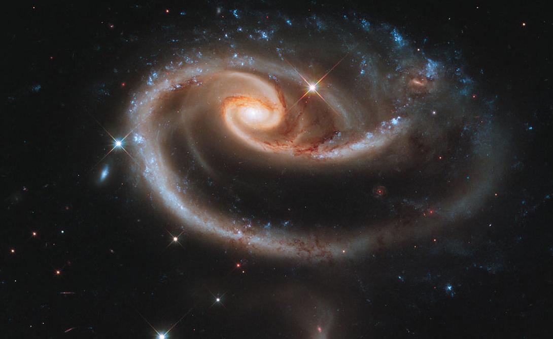 Галактическая роза Этот снимок телескоп сделал в день собственного «совершеннолетия»: Hubble исполнился ровно 21 год. Уникальный объект представляет собой две галактики в созвездии Андромеды, проходящие через друг друга.