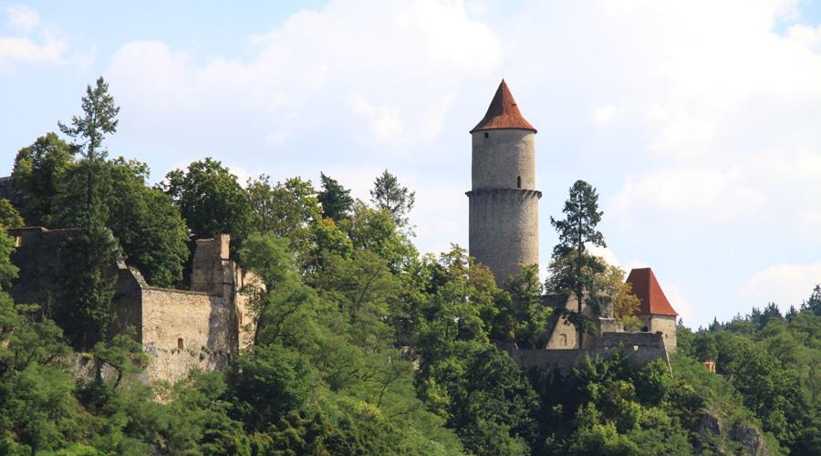 Звиков Чехия Это один из наиболее важных и значительных готических замков средневековой Чехии. В замке, по слухам, живет местный Звиковский черт, который очень не любит людей. Шутки шутками, но тут и на самом деле происходят странные, неприятные вещи. Животные отказываются заходить в некоторые комнаты замка, иногда самопроизвольно загораются портьеры в главном зале, а те, кто спит в главной башне, умирают в течение года. Так, по крайней мере, говорят местные.