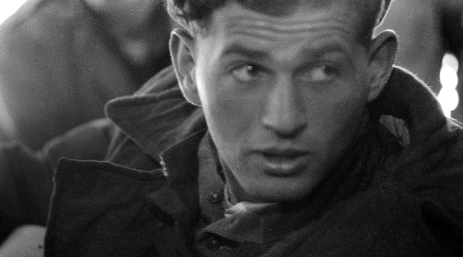 Тибор Рубин Тибор Рубин родился в бедной еврейской семье в Венгрии. В 15 лет нацисты бросили паренька в печально известный концлагерь Маутхаузен, откуда его вызволили уже американские войска. Тибор решил отправиться на Корейскую войну, где в первой же стычке погиб весь его полк. Бедный, но храбрый еврейский боец в одиночку удерживал атаку чуть ли не всей северокорейской армии на крохотном пятачке джунглей. На исходе вторых суток силы покинули Тибора, он попал в плен. Из лагеря парень сбежал на третью ночь и еще два месяца партизанил в джунглях, став настоящим проклятием для корейских солдат.