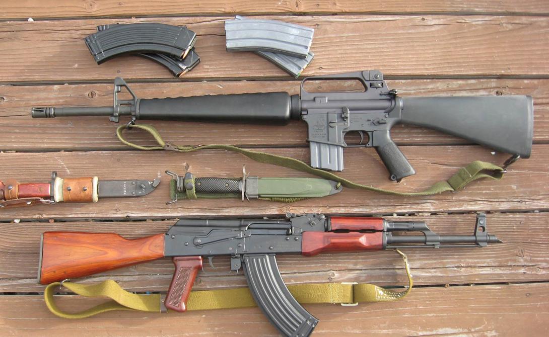 Точность Выигрывает М-16 и по точности стрельбы. Дело в том, что американские винтовки оснащены диоптрийным прицелом, который вместе с более длинной прицельной линией позволяет вести более точный огонь на дальние дистанции. В то время как АК-74М имеет простейший, открытый прицел. С другой стороны, такое решение позволяет легче вести огонь по движущимся мишеням.