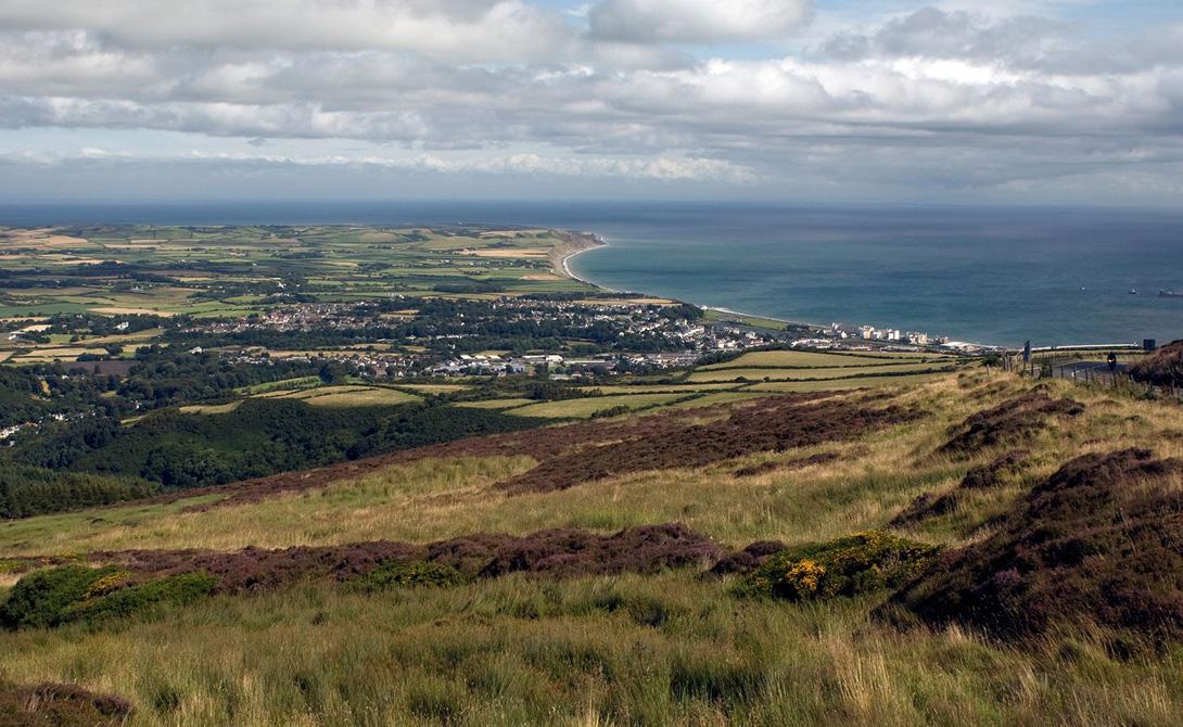 Остров Мэн Одинокий остров в Ирландском море остается домом для 84 000 человек. Главная достопримечательность острова — его историческое наследие: практически все туристы стекаются сюда, чтобы на собственной шкуре прочувствовать дух викингов. Кроме того, здесь же проходит и одна из самых знаменитых гонок мира, Tourist Trophy.