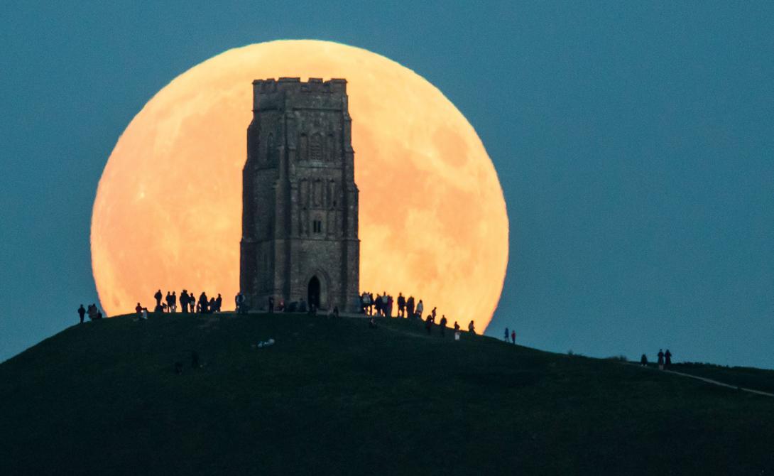 Теоретическое обоснование Это странное астрономическое явление представляет собой полнолуние, в течение которого Луна будет находиться в перигее, на минимальном расстоянии от Земли. Вокруг нашей планеты спутник вращается по эллиптической орбите, так что расстояние становится то ближе, то дальше. Суперлуние случается довольно редко, примерно раз в 400 дней. Однако, бывают тут и свои исключения: в 2014 году земляне наблюдали суперлуние аж пять раз — правда, не такое сильное.