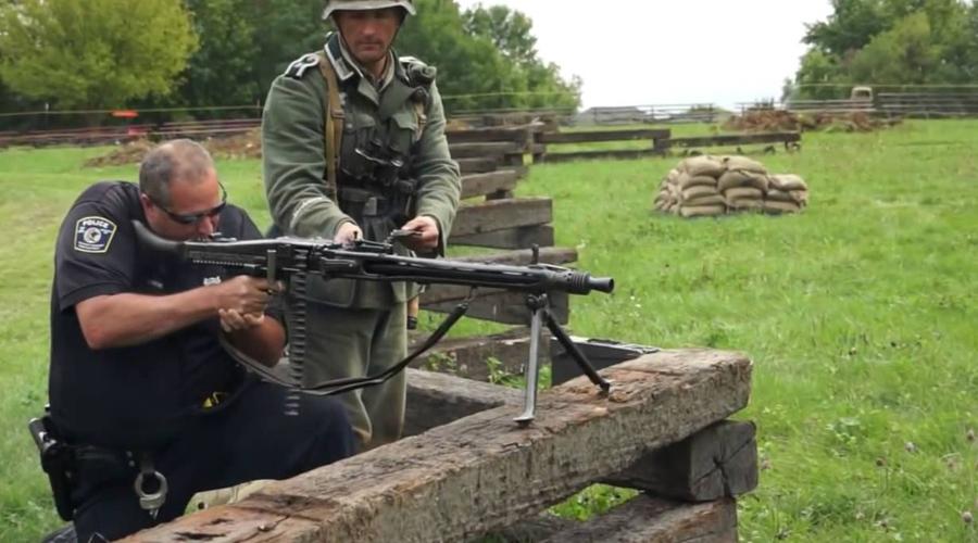 Карьера убийцы Военные эксперты всего мира признали немецкий MG 42 лучшим пулеметом не только Второй мировой войны, но и вообще в классе «единых» пулеметов. В конце 1950 года Германия вновь принимает несколько переработанный MG 42 на вооружение: машина под маркировкой MG3 теперь заточена под натовский патрон 7,62х51 мм. Право на производство «Костореза» покупают Италия и Пакистан, а Югославия просто копирует немецкого зверя и ставит на вооружение под названием «Застава М53».